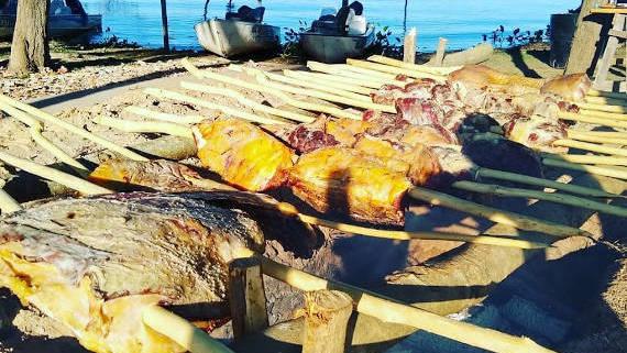 almoço na barranca para pescadores da pescaria no pantanal