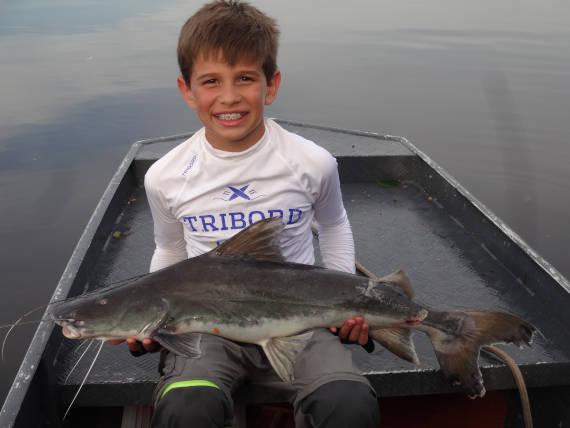 peixe pirarara fisgado no rio negro em pesca na Amazônia