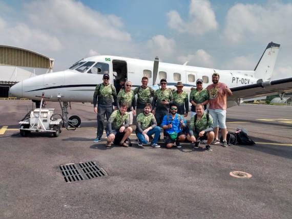 pessoas com avião da viagem com pacotes de pesca