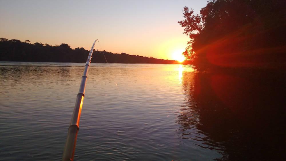 paisagem do rio da viagem com pacotes de pesca