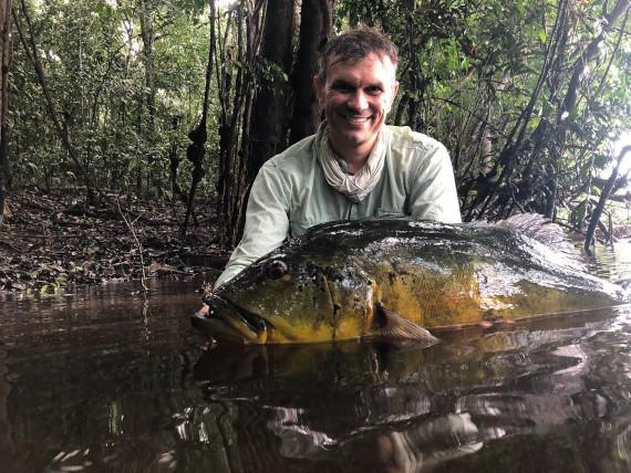 na água com peixe da pesca na Amazônia