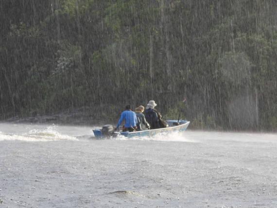 navegação na chuva na pesca na Amazônia