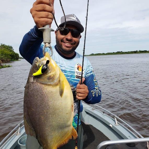 pescaria no pantanal de peixe pacu com isca artificial