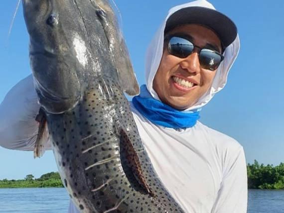 pescador com um pintado da pescaria no pantanal