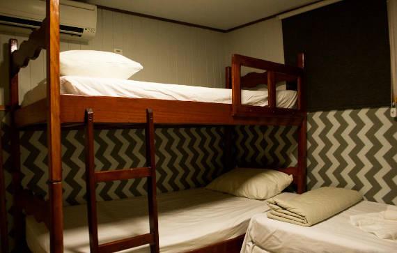 quarto no barco hotel estadia para pescaria no pantanal